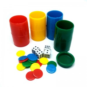 Cubiletes de colores con dados y fichas para parchis, juego de la oca cubilete